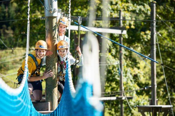 Klettern im Hochseilgarten ist das Familienabenteuer in Flachau schlechthin