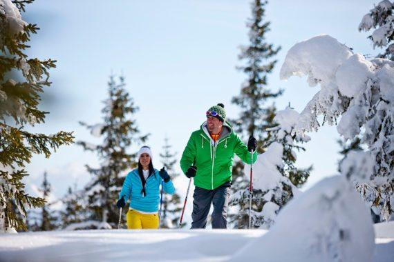Schneeschuhwandern durch die tief verschneite Winterlandschaft des Flachautals